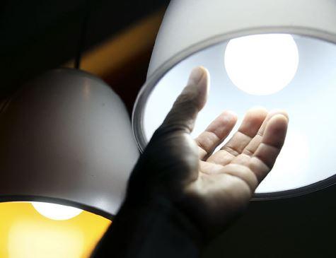 Aneel decide que conta de luz não terá cobrança extra em abril