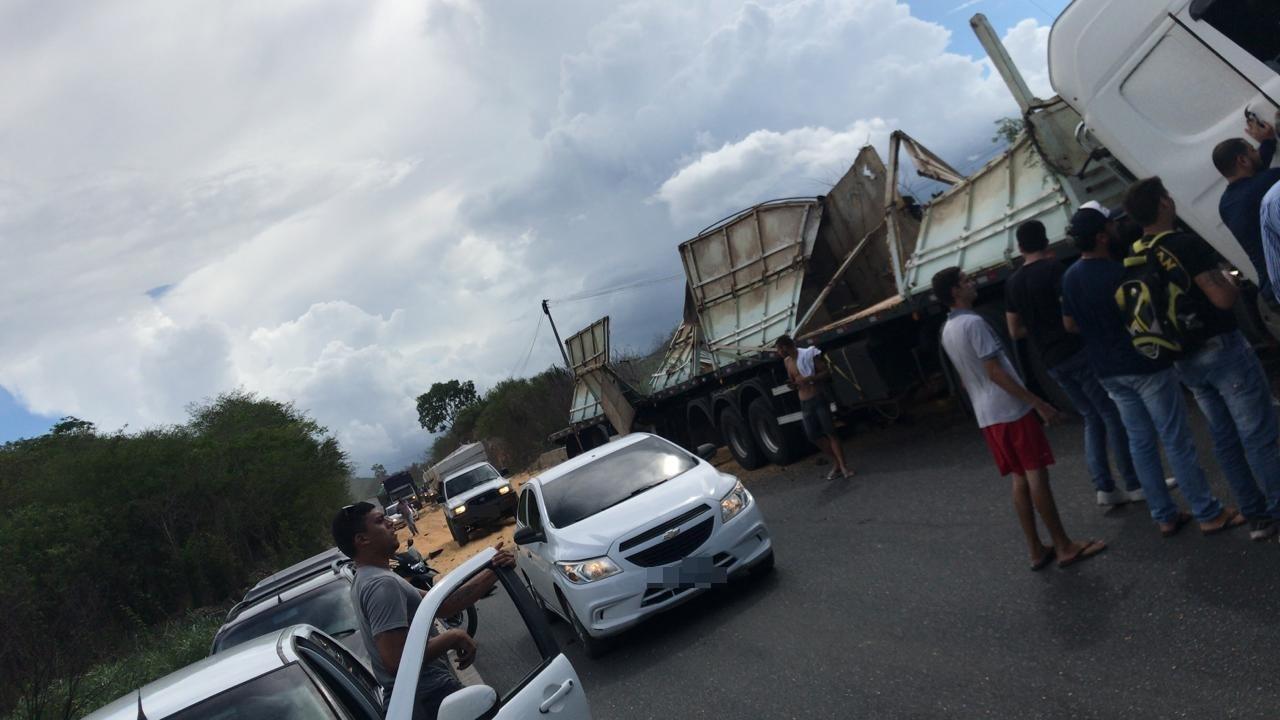Carreta carregada com grãos de milho tomba na BR-232 e motorista fica gravemente ferido